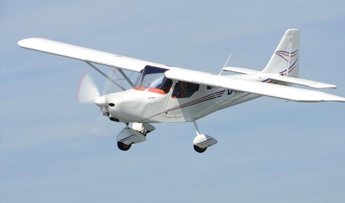 Weißes Ultraleichtflugzeug