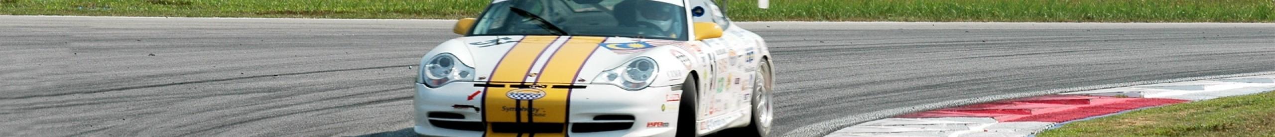 Rennwagen fahren auf Rennstrecke