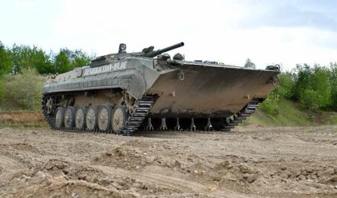 Kettenpanzer auf der Strecke in Dobbin-Linstow