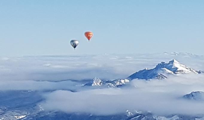 Winterballonfahrt in den Alpen