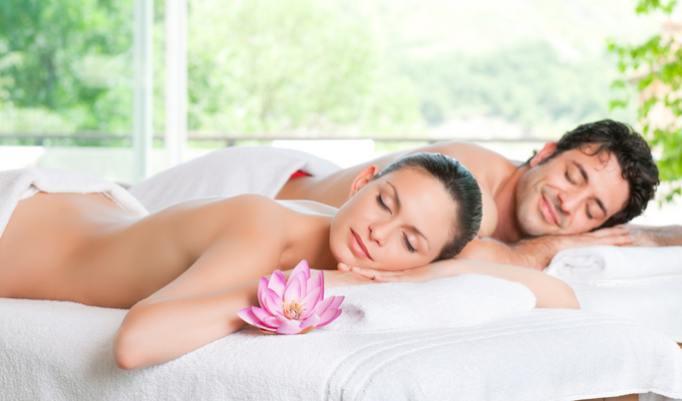 Entspannen bei einer Massage mit Aromaölen