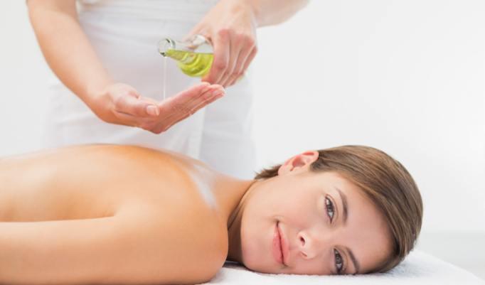 Massage mit Aromaöl