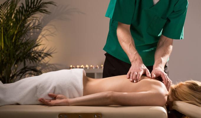 Rückenmassage mit ätherischen Ölen