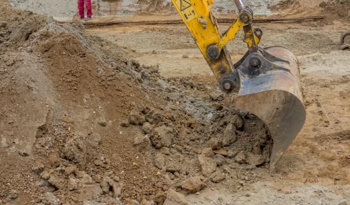 Baggerschaufel gräbt