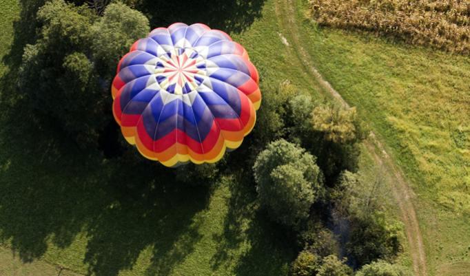 Ballonfahrt mit blauem Himmel in Geiseltalsee