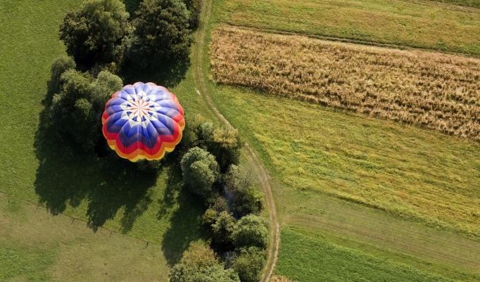 Ballonfahrt mit blauem Himmel in Mühlacker