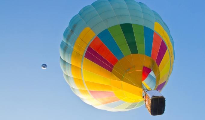 Ballonfahrt bei blauem Himmel über Roermond