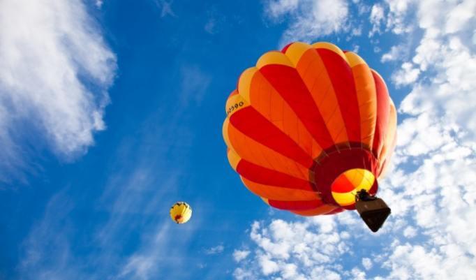 Aufsteigende Heißluftballons in Bonn