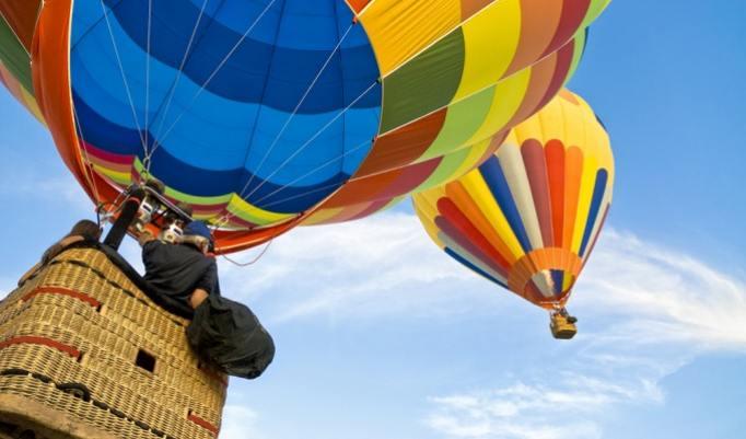 Romantische Ballonfahrt zu zeit an der Ostsee