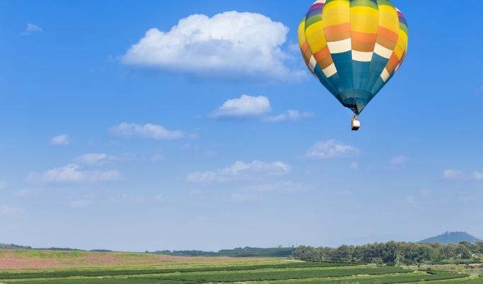 Heißluftballon fahren bei blauem Himmel über Almelo