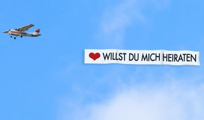 """Bannerschlepp mit """"Willst du mich heiraten"""" Banner"""