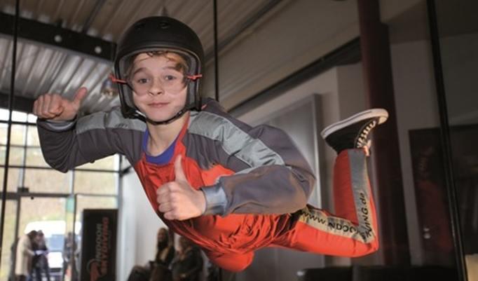Junge beim Bodyflying