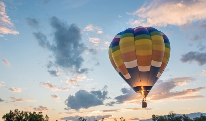 Ballonfahrt mit blauem Himmel in Spalt