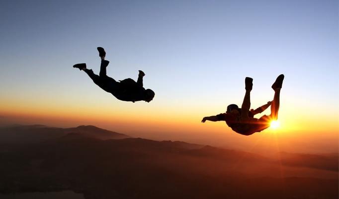Fallschirmsprung beim Sonnenuntergang