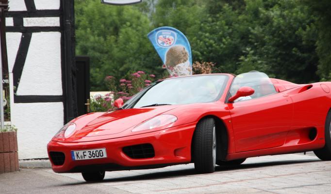 Roter Ferrari als Cabrio