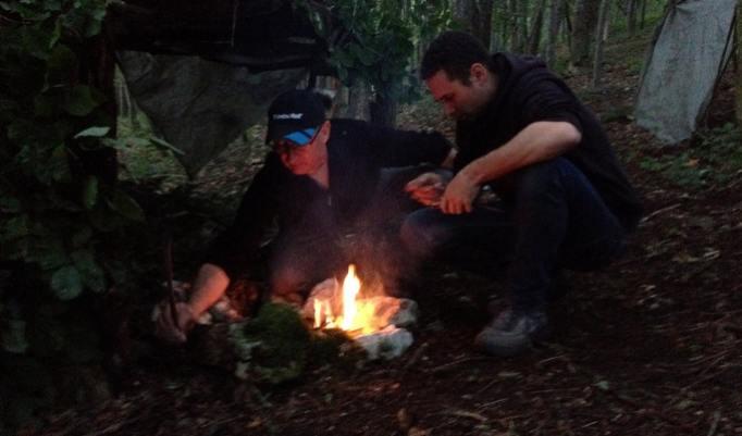 Feuer im Dunkeln beim Survival Weekend