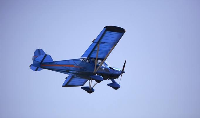 Blaues Flugzeug fliegt