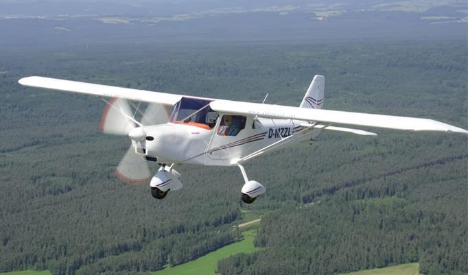 Rundflug über Wald im Ultraleichtflugzeug