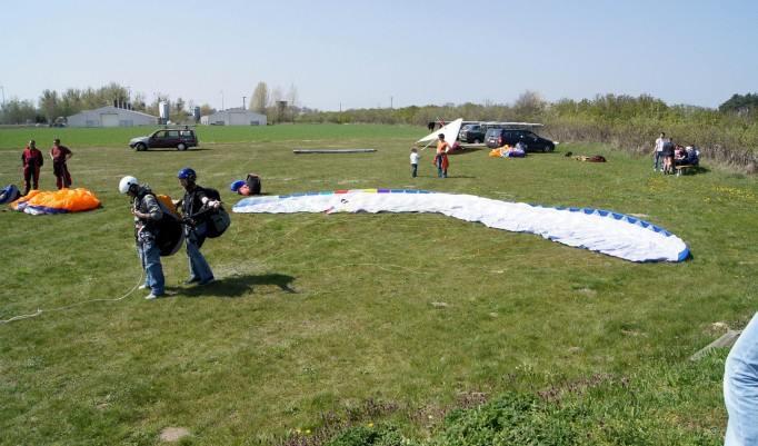 Vorbereitung vor dem Gleitschirm Flug
