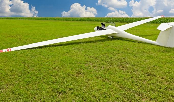 Segelflugzeug auf dem Rasen am Boden
