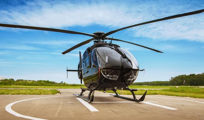 Schwarzer Hubschrauber am Boden