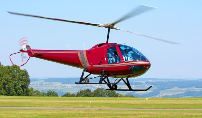 Roter Hubschrauber fliegt los