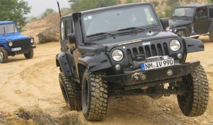 Jeep über Hindernisse