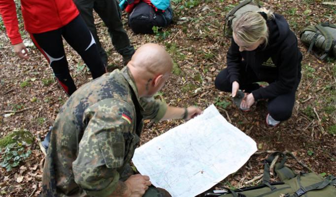 Karte lesen beim Survival Trail