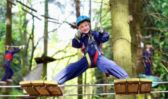 Kind im Kletterpark