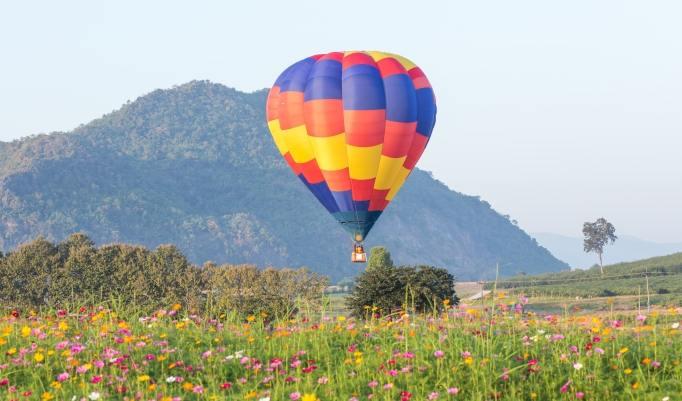Aufsteigender Heißluftballon in Bad Saarow