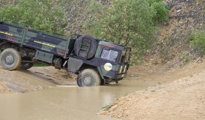 Truck durchs Wasser