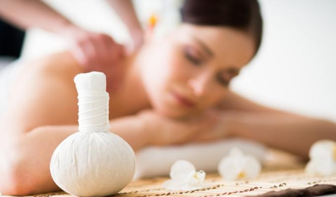 vitalisierende Kräuter Stempel Massage