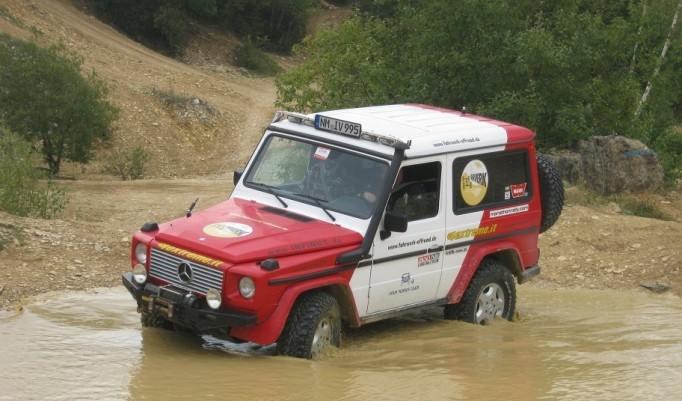 Jeep im Wasser