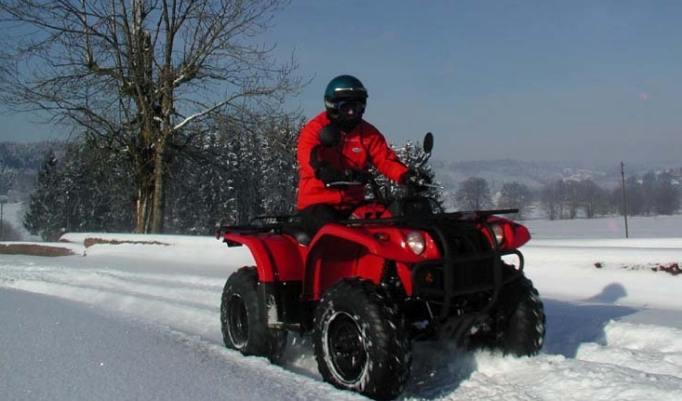 Wintertour mit Quad im Schnee
