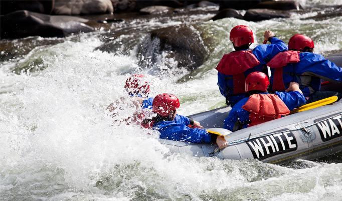 Meistern Sie reißende Stromschnellen und schäumendes Wasser im Team. Der Tag wird mit der anschließenden Möglichkeit zum Brückenspringen, zu Wasserspielen oder anderen Aktivitäten vollends unvergesslich.