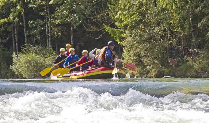 Genießen Sie die Gruppendynamik bei der Rafting Tour und erleben Sie die Ausgelassenheit in der freien Natur.