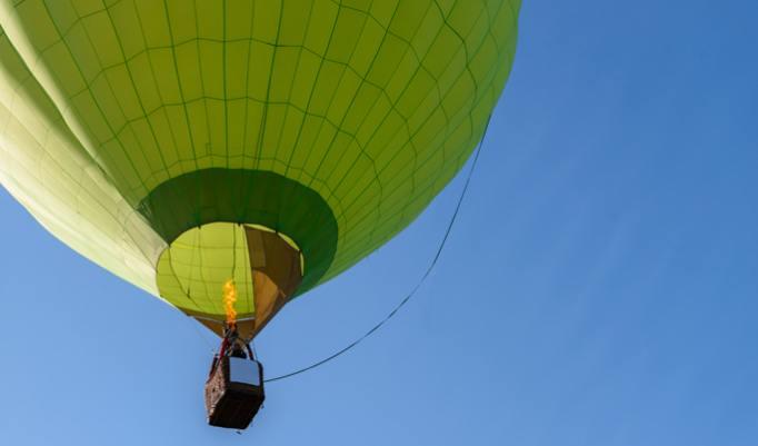 Ballonfahrt mit blauem Himmel in Eckental