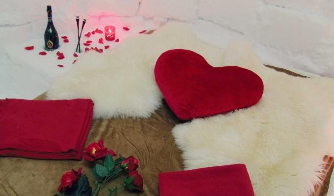 Romantisch dekoriertes Iglu