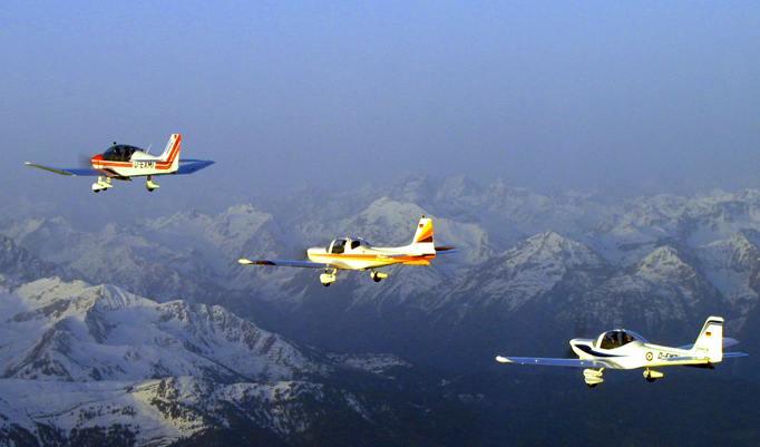 Drei Flugzeuge beim Alpenrundflug