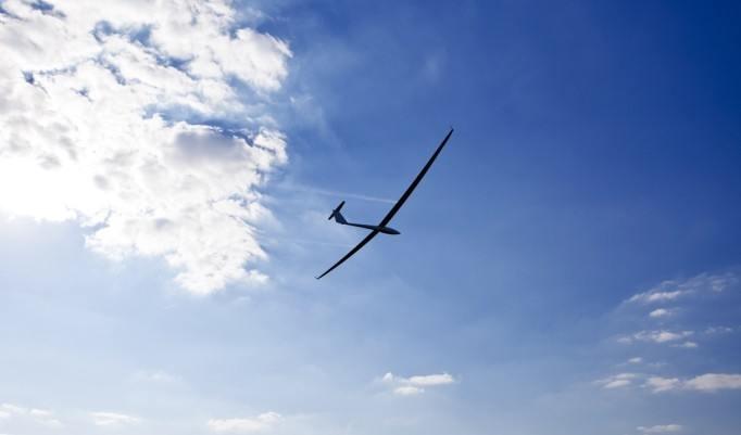 Segelflug unter blauem Himmel