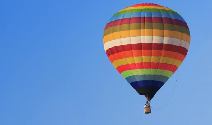 Ballonfahrt mit blauem Himmel in Saterland