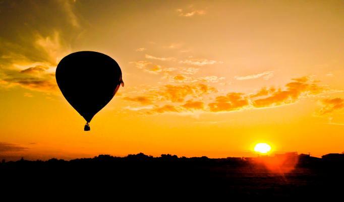 Ballonfahrt mit blauem Himmel in Nordenham