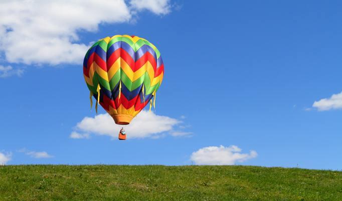 Ballonfahrt mit blauem Himmel in Gröningen