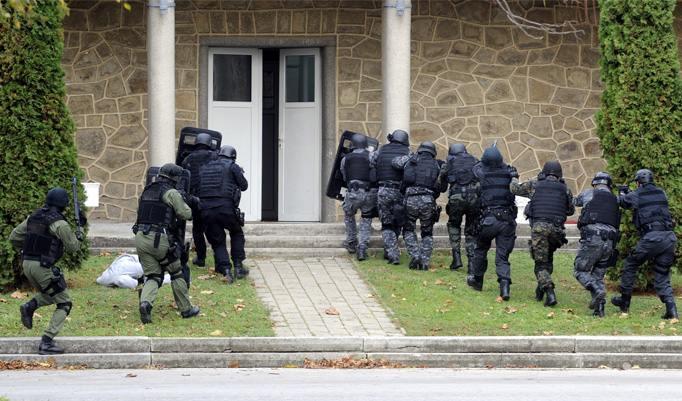 SWAT stürmt Haus