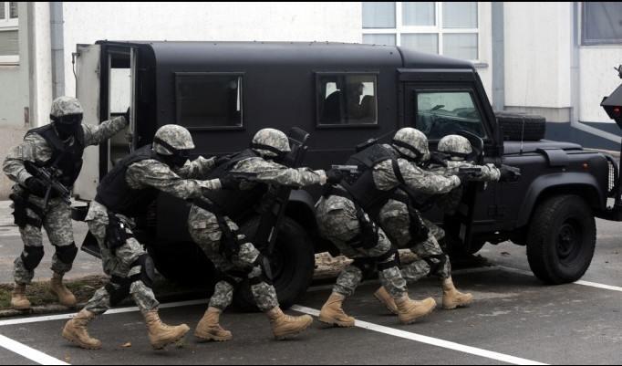 SWAT am Wagen