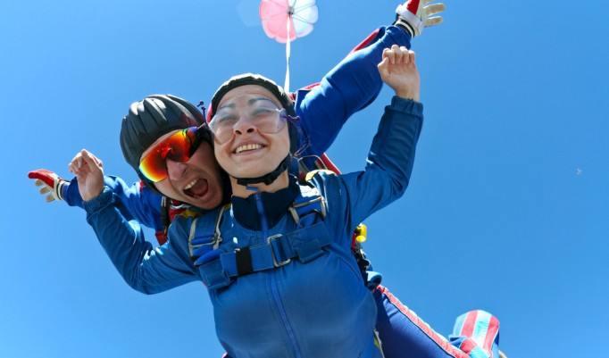 Sprung aus dem Flugzeug unter blauem Himmel in Zweibrücken