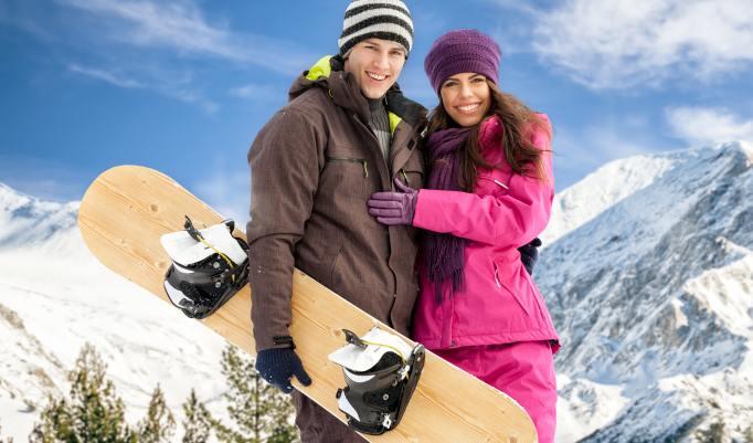 Spaß beim Tandem Snowboarden