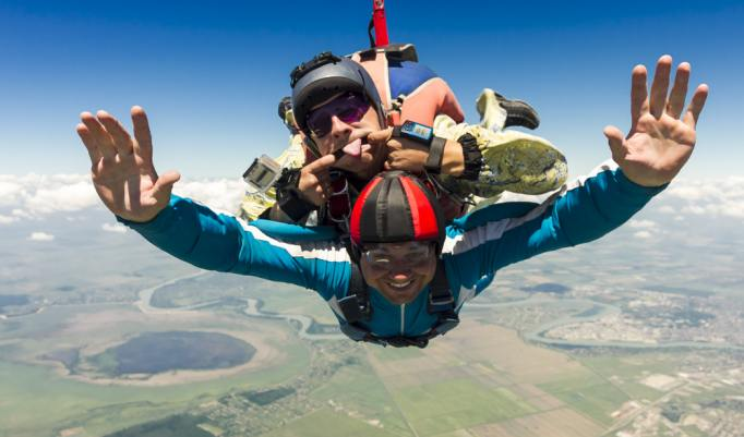 Fallschirmsprung mit Spaßgarantie
