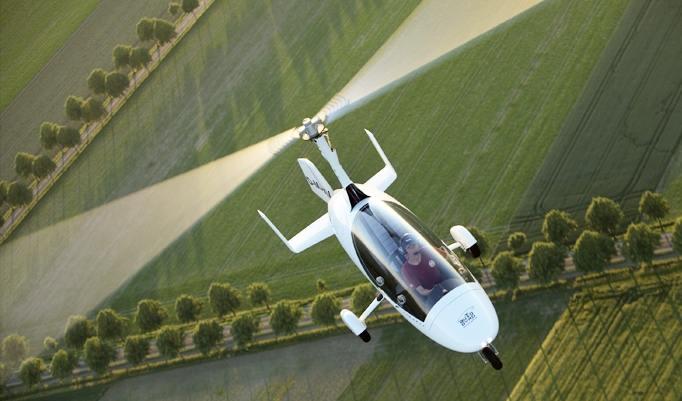 Gyrokopter über schöner Landschaft
