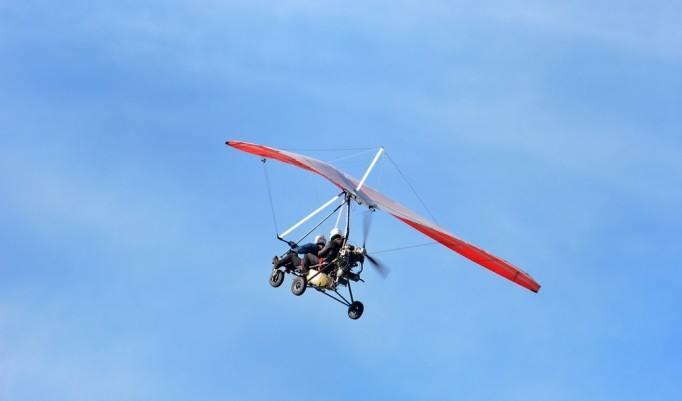 Trikeflug unter blauem Himmel
